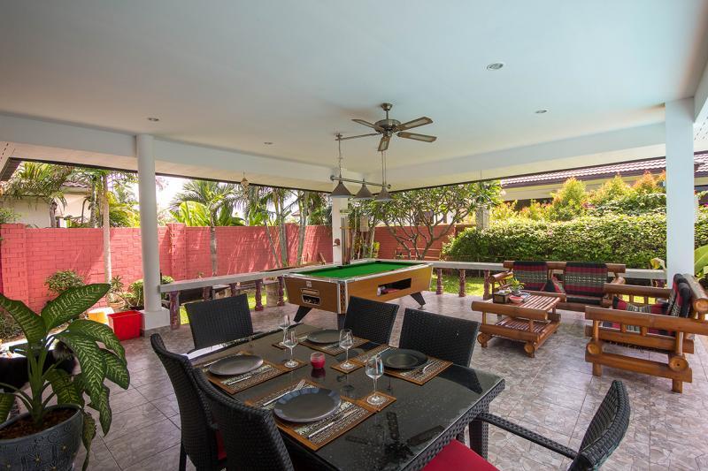 Outdoor dining at Laguna Villa