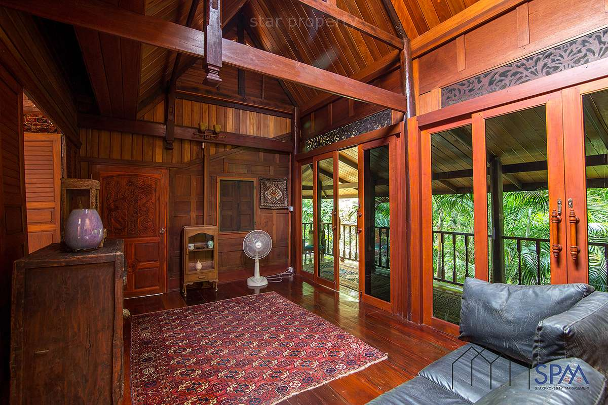 8 bedroom wooden house with lakes and pool for sale