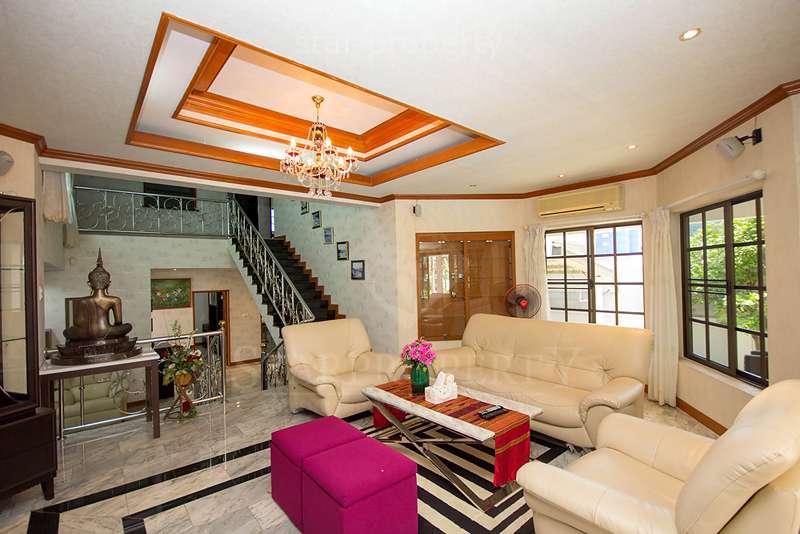 Luxury Pool House With Large Plot Of Land